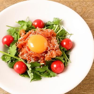 10分で作れる パクチー生ハムユッケサラダ