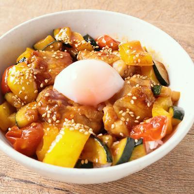 彩り野菜と鶏の旨辛スタミナ丼