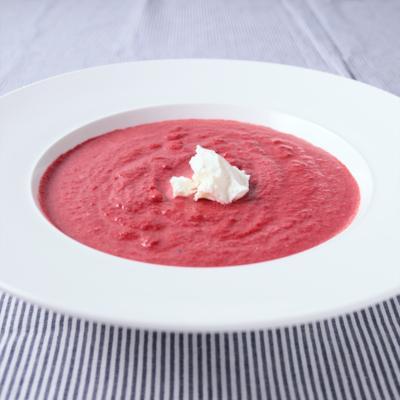 鮮やかピンク色 ビーツの冷たいスープ