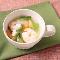 干し貝柱が入ったエビとチンゲン菜の中華スープ