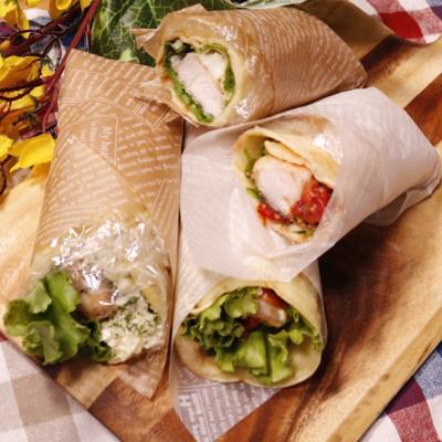 片手で食べやすい!タルタルチキンとピリ辛トマチキロール