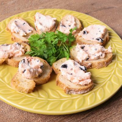 ブラックオリーブと明太子チーズのカナッペ