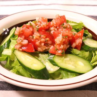 サルサソースで食べるレタスサラダ