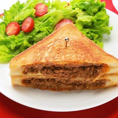 ちょっと贅沢に 牛ひき肉とチーズのホットサンド