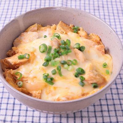 サラダチキンとケチャップチーズの簡単親子丼