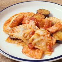 餃子の皮で作るナスとベーコンのトマトソースがけラビオリ風