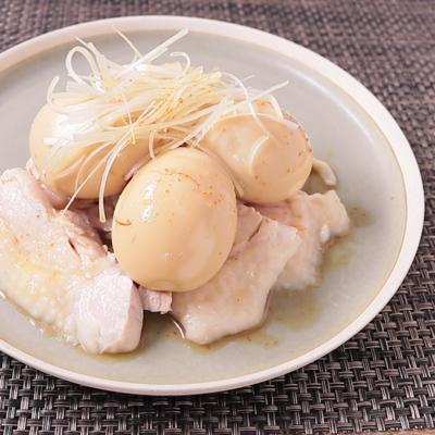 しっとりゆで鶏のピリ辛煮卵のせ