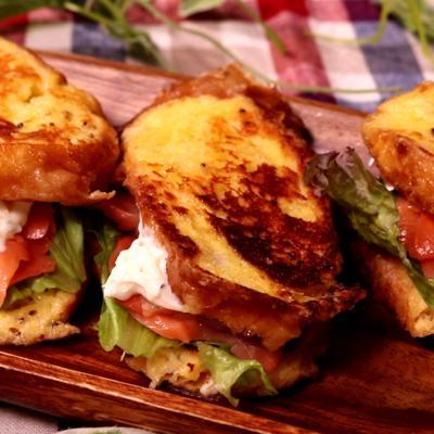 チーズフレンチトーストのサーモンサンドイッチ