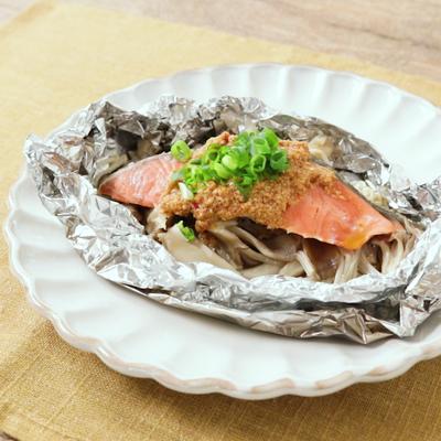 ピリ辛ごまダレで 鮭ときのこのホイル蒸し