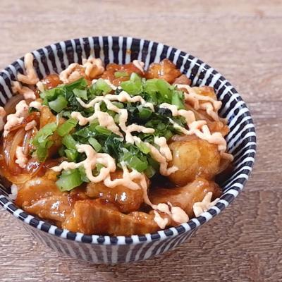 牛ホルモンの高菜明太マヨネーズ丼