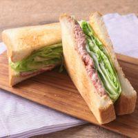 シャキシャキレタスとコンビーフのサンドイッチ