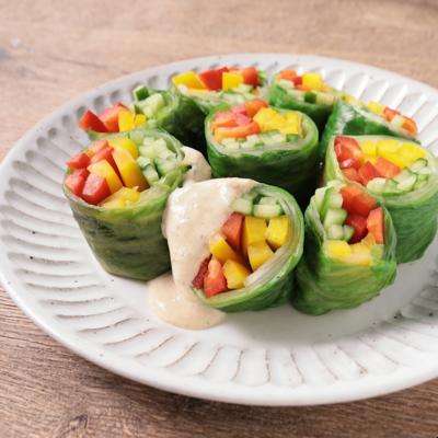 彩り野菜のくるくるレタスサラダ