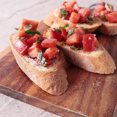 シンプルでおいしい トマトとバジルのブルスケッタ