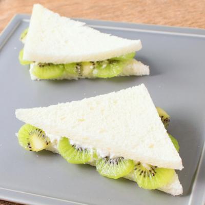 キウイとカッテージチーズのフリルサンドイッチ