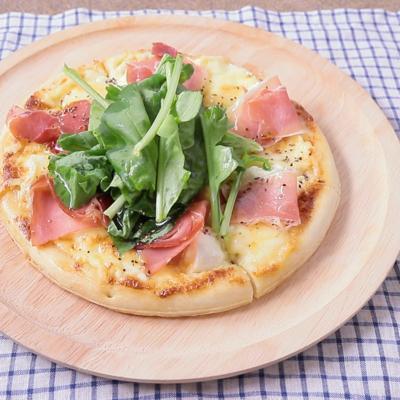 リコッタチーズ入り生ハムとルッコラのチーズピザ